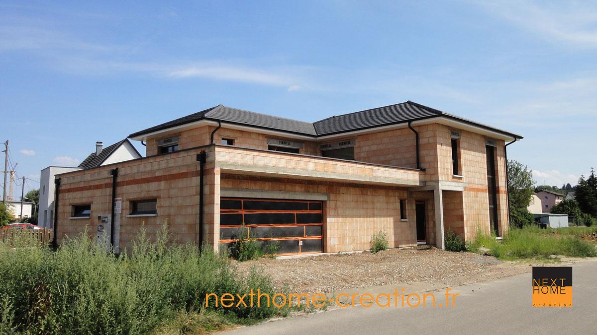 Maison toiture 4 pans contemporaine nexthome cr ation for Maison moderne toit 2 pans